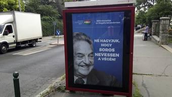 Stimmungsmache der ungarischen Rechtsnationalisten gegen den in Budapest geborenen US-Amerikaner George Soros - ausserdem mit jüdischen Wurzeln und ursprünglichem Namen György Schwartz. Das Plakat stammt aus einer Kampagne vom Juli 2017.