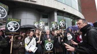 Mitglieder der Journalisten-Gewerkschaft vor den Toren der BBC