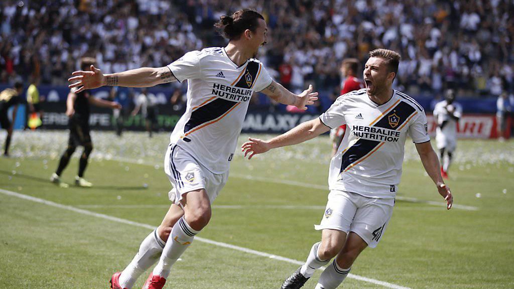 Zlatan Ibrahimovic (links) feiert sein Siegestor zum 4:3 mit Dave Romney