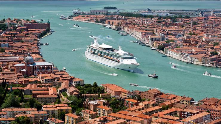 Venedig: Wo früher nur Gondeln und Segelschiffe übers Wasser glitten, fahren heute riesige Kreuzfahrtschiffe durch die Stadt.Andia/Getty Images