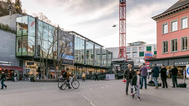Der Schlossbergplatz soll nach Entfernung der Baustelleninstallation aufgehübscht werden. (Bild vom März 2020)