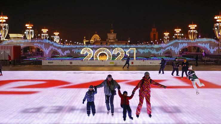 Diese Schlittschuhbahn in Moskau misst ingesamt mehr als 20 000 Quadratmeter. Foto: Alexander Zemlianichenko/AP/dpa