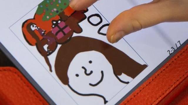 Ein Kind arbeitet mit einem iPad (Symbolbild)