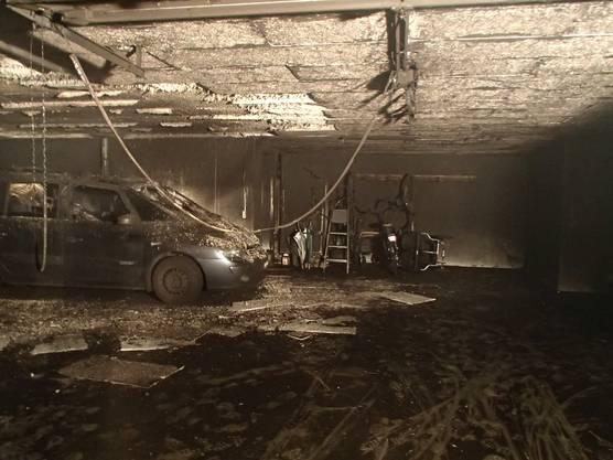 In einer Tiefgarage brennt ein Auto, der Sachschaden ist erheblich, verletzt wird niemand.
