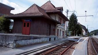 Das Bahnhofgebäude von Flumenthal wird abgerissen. Die neue Haltestelle ist bereits ausgesteckt.