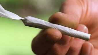 Jugendliche dürfen gemäss Bundesgericht beim Besitz von geringfügigen Mengen von Cannabis nicht anders behandelt werden als Erwachsene. (Symbolbild)