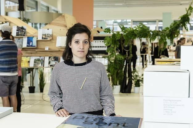 Francesca Petrarca (28) hat mit «gratis» angeschriebenen Strassenfunde in einem hochwertigen Kunstkatalog archiviert
