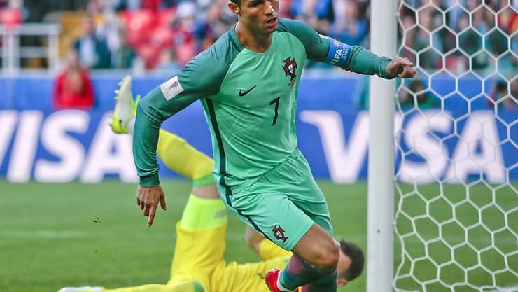 Portugals Captain Cristiano Ronaldo dreht nach seinem Siegtor zur Jubelrunde ab
