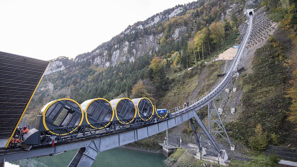 Neue Technologie am Stoos: Der erste Wagen der Standseilbahn ist auf die Schienen gesetzt worden - die Bahn fährt dereinst von 562 auf 1306 Meter über Meer.