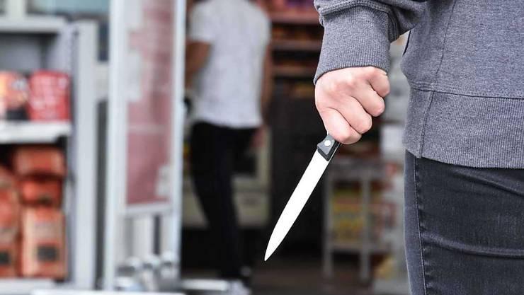 Der Rentner wurde mit einem Messer bedroht. (Symbolbild)