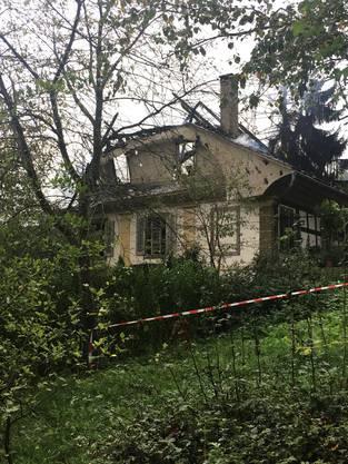 Der Dachstuhl der Hirzenbergvilla brannte völlig aus.