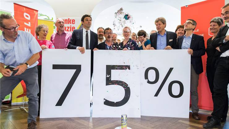 Die Gewinner und die Tischbombe: Matthias Aebischer (Pro Velo), Ruedi Blumer (VCS), Aline Trede (Pro Velo), Lisa Mazzone (VCS), Jürg Grossen (GLP), Peter Goetschi (TCS) und Ursula Schneider Schüttel (Fussverkehr). KEYSTONE/Peter Klaunzer
