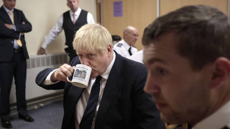 Abwarten und Tee trinken wie hier beim Gefängnisbesuch in Leeds? Das kann sich Boris Johnson beim Brexit nicht leisten.