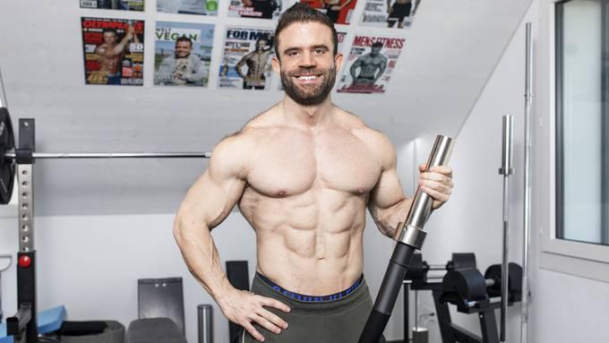 In seinem Heim-Fitness-Studio in Urdorf trainiert Marco Laterza seine Kunden derzeit virtuell.