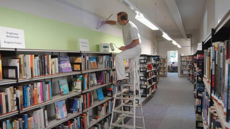 Neuanstrich: Maler sind bereits  im Gebäude ausgeschwärmt. Geschlossen und umgebaut wird die Bibliothek vom 4. Juli bis 8. August. (Walter Schwager)