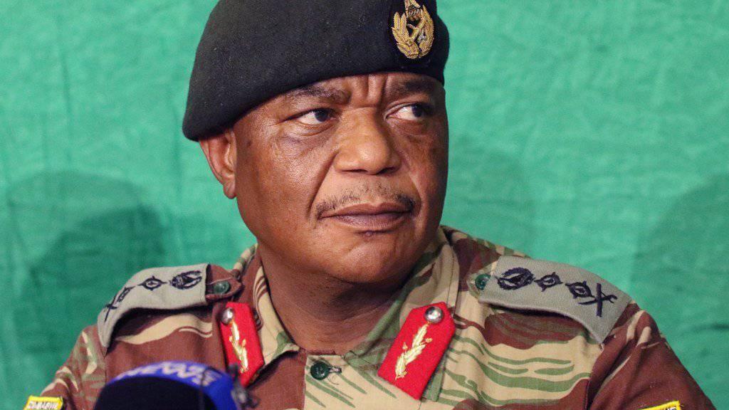 Simbabwes bisheriger Armeechef Constantino Chiwenga wird neuer Vizechef der Regierungspartei Zanu-PF.  In einem zweiten Schritt sollen Chiwenga und Sicherheitsminister Kembo Mohadi dann auch Vizepräsidenten des Landes werden. (Archivbild)