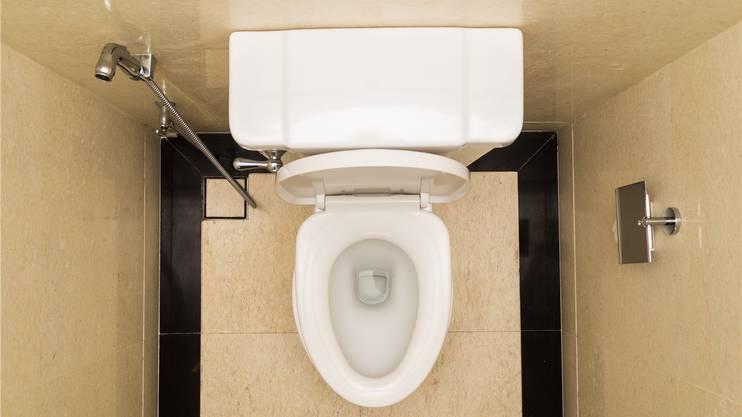 WC putzen steht an zweiter Stelle. Allerdings nur bei den Männern. Frauen finden es mit 14 Prozent weit weniger schlimm die Schüssel zu reinigen.