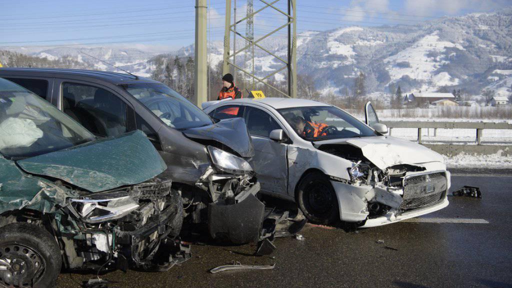 Die Polizei hat erste Angaben korrigiert: Die Massenkarambolage mit rund 40 beteiligten Autos auf der A3 hat am Freitag 17 Verletzte gefordert, darunter drei Kinder.
