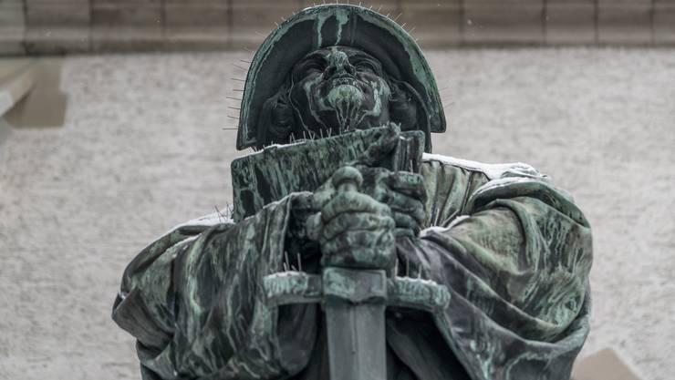 Zwinglis Denkmal steht einen Steinwurf entfernt von seiner alten Wirkungsstätte, dem Zürcher Grossmünster.