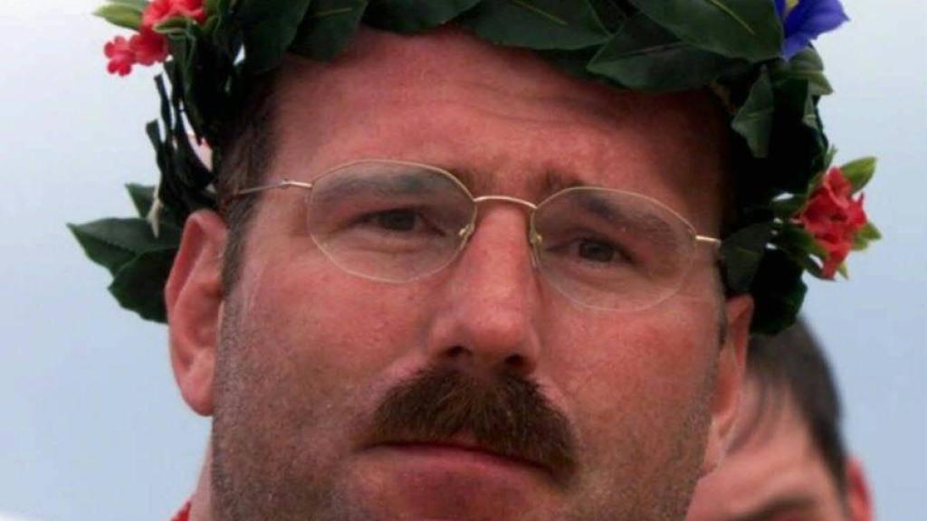 Hier zeigt sich Eugen Hasler mit seinem 100. Kranz - nach dem Rigi-Schwinget 1999. Wenig später trat er mit 101 Kränzen zurück