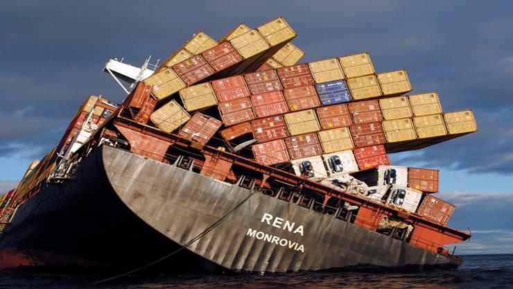 Nach der Havarie im Januar 2012 vor der Küste Neuseelands brach die «Rena» im Sturm auseinander. Bis zu 150 Container gingen verloren. key