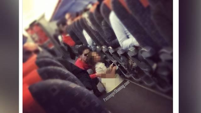 Mutter setzt Kind aufs Töpfchen – mitten im Flugzeug