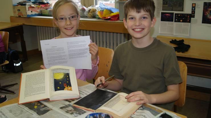Winona (10) und Benoît (10) zeigen ihre alten, neu gestalteten Bücher und Geschichten.  aw/archiv