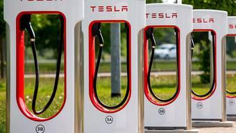 Aufladestation für Teslas Elektroautos in Deutschland: Ein tödlicher Unfall mit einem Tesla-Wagen, der mit Autopilot fuhr, könnte für das US-Unternehmen noch Folgen. Die US-Börsenaufsicht SEC hat laut einem Zeitungsbericht Untersuchungen aufgenommen.