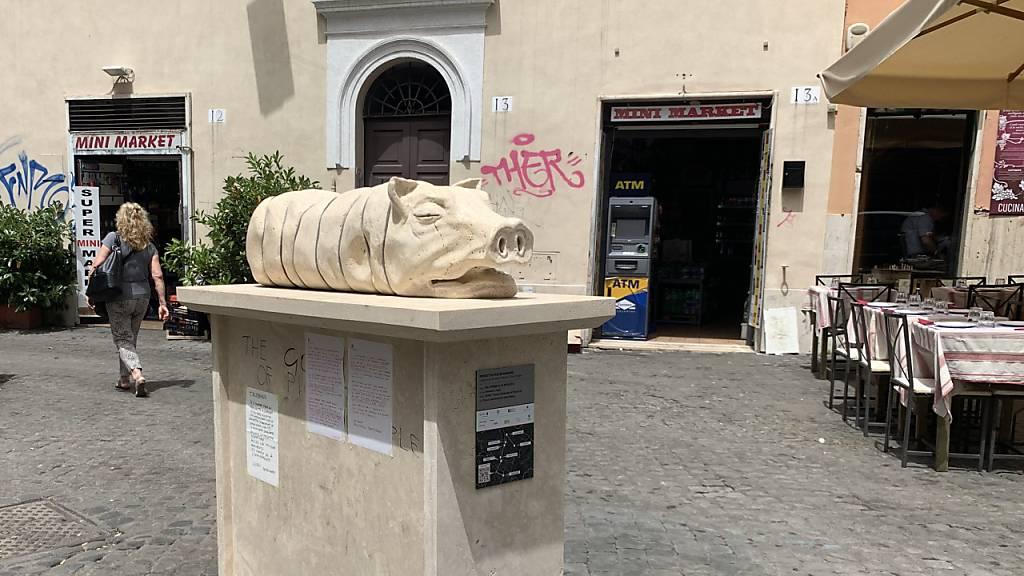 Die Skulptur eines Spanferkels Mitten im Ausgehviertel Trastevere in Rom.