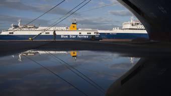 Am (morgigen) Mittwoch werden die griechischen Fähren in den Häfen bleiben. (Archivbild)