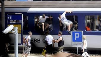 Die Klubs sollen für die Schäden ihrer Fans in den Zügen aufkommen.