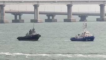 Schlepper haben die ukrainischen Kriegsschiffe (l) am Wochenende von der Halbinsel Krim zur Übergabe an die ukrainische Marine ins Meer gezogen. Die Übergabe erfolgte dem Vernehmen nach in neutralen Gewässern des Schwarzen Meeres. (Bild vom 17. November)