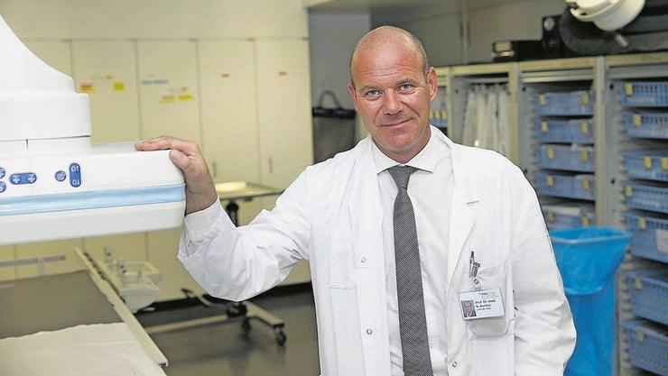 Nils Kucher ist Direktor der Klinik für Angiologie (Gefässkrankheiten) am Universitätsspital Zürich. Das Bild zeigt ihn am Berner Inselspital. Bild: Urs Baumann