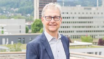 Thomas Jenelten ist Polizeiseelsorger, für das Foto posiert er deshalb mit der Kommandozentrale der Kantonspolizei Aargau im Hintergrund. S. Ardizzone