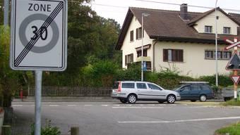 Neue Situation: Hier wird eine neue Kreuzung entstehen. Im Vordergrund mündet der Buchsermarchweg in die Tramstrasse ein, die neue Stichstrasse wird links am Wohnhaus vorbeiführen. (Heinz Härdi)