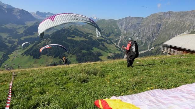 Wie bringt man 300 Gleitschirmflieger gleichzeitig in die Luft? Schweizer tüftelt an Weltrekord