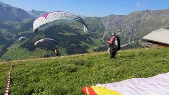Logistische Herausforderung: Chrigel Maurer hat den Weltrekordversuch mit einer Handvoll Gleitschirmpiloten geprobt.