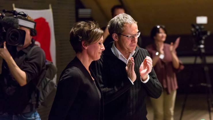 Applaus von Urs Hofmann für die zurücktretende Pascale Bruderer SP Parteitag in Spreitenbach