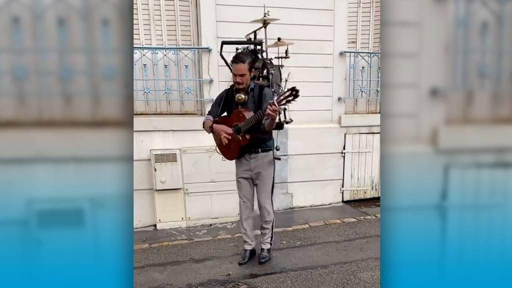 Schlagzeug, Gitarre und Mundharmonika: Dieser Strassenmusiker spielt sie alle