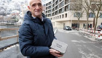 Anton Laube Gemeindeschreiber von Ennetbaden mit einem gravierten Musterstein an der Badstrasse, wo bald der neue Walk of Fame entsteht. Ursula Burgherr