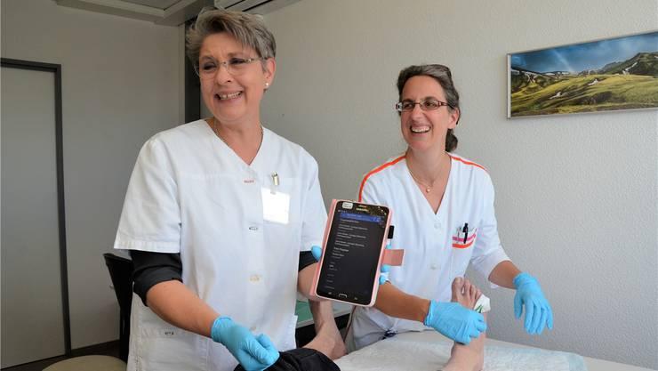 Xenia Bonsen (links) und Gaby Bättig zeigen ihrem Klienten die aktuellen Einträge in seinem Patientendossier. ian