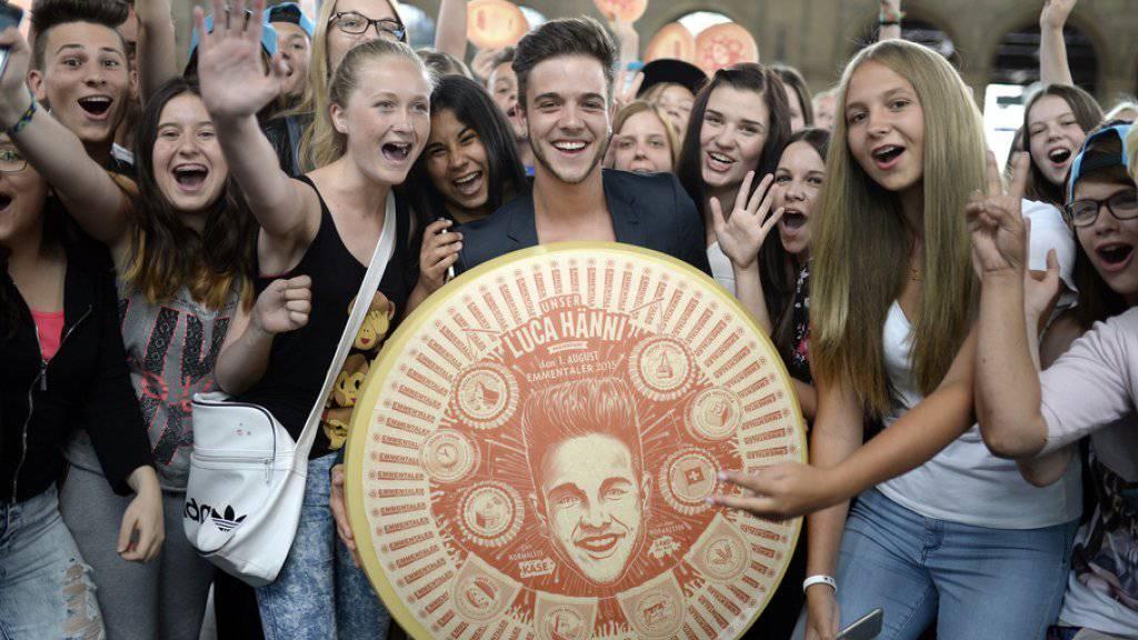 Luca Hänni im Juli 2015 im Zürcher Hauptbahnhof inmitten weiblicher Fans (Archiv)