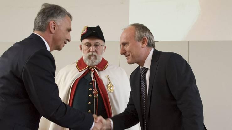 Seit Jahren ist die Uni Basel top bei der Quantentechnologie: 2010 übergab Bundesrat Didier Burkhalter dem Basler Physiker Daniel Loss (rechts) für seine Arbeiten zur Physik des Quantencomputers den Wissenschaftspreis der Schweiz.