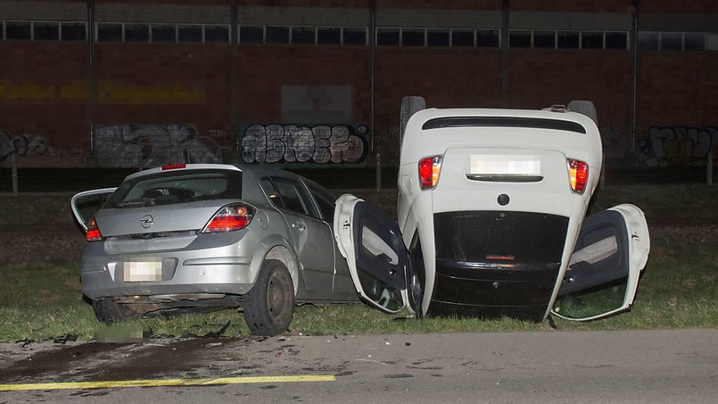 Der eine Wagen landete beim Unfall auf dem Dach.