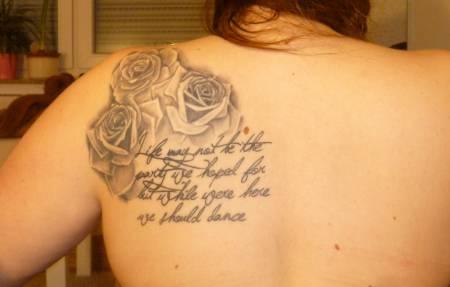 Schriftzüge und Rosen sind der Dauerbrenner unter den Tattoos.