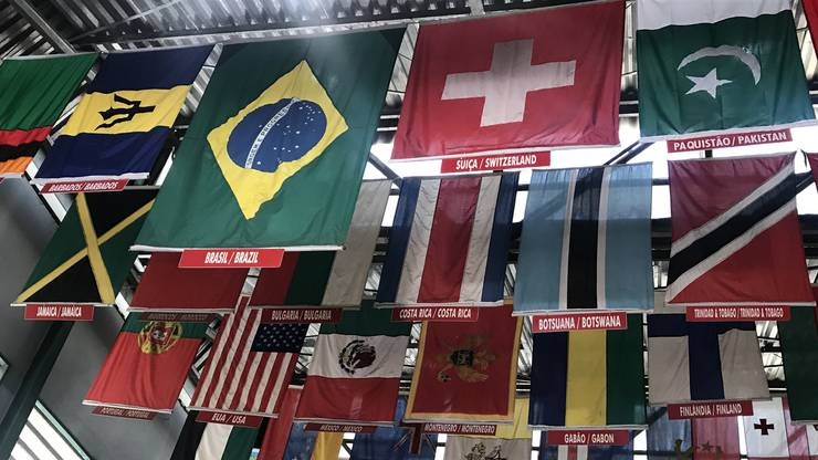 Die Schweizerfahne prominent neben der von Brasilien.