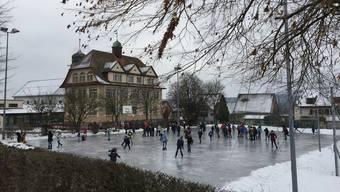 Die Eisbahn auf dem Schulhausplatz Tägerig war für die Schüler der Höhepunkt der Znüni- und Mittagspausen.