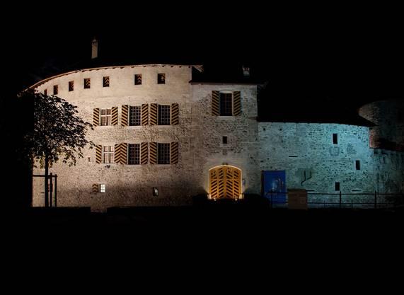 Schloss Hallwyl: Beleuchtung von 6 bis 7 Uhr und von 19 bis 22 Uhr / SA und SO von 19 bis 7 Uhr, 2288 Stunden jährlich, 1441 Kilowattstunden Verbrauch pro Jahr.