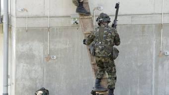 Schweizer Soldaten üben in Bure den Häuserkampf (Archivbild).