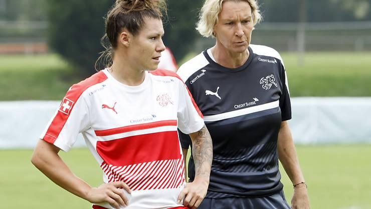 Die angeschlagene Stürmerin Ramona Bachmann bespricht sich im Training mit Nationaltrainerin Martina Voss-Tecklenburg